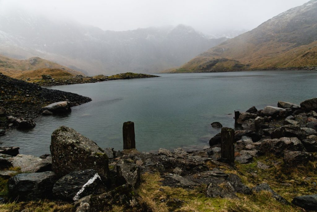 Photo of a lake in the mountains by Mount Snowdon.